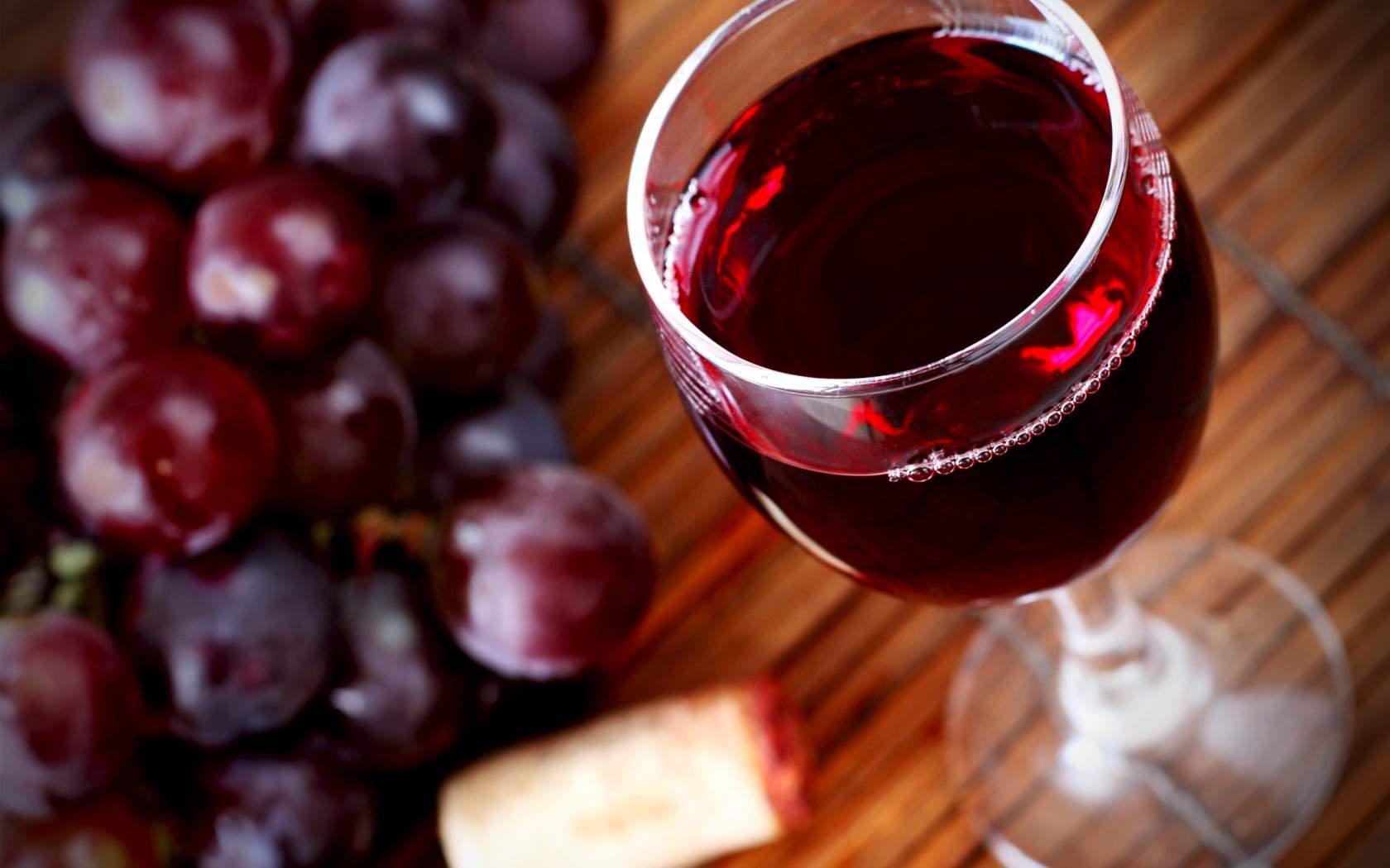 Чем отмыть красное вино с одежды