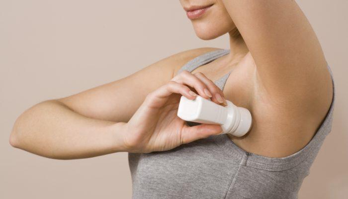 Как отстирать подмышки от дезодоранта и пота и вывести белые пятна на черной одежде?