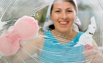 женщина моет зеркало