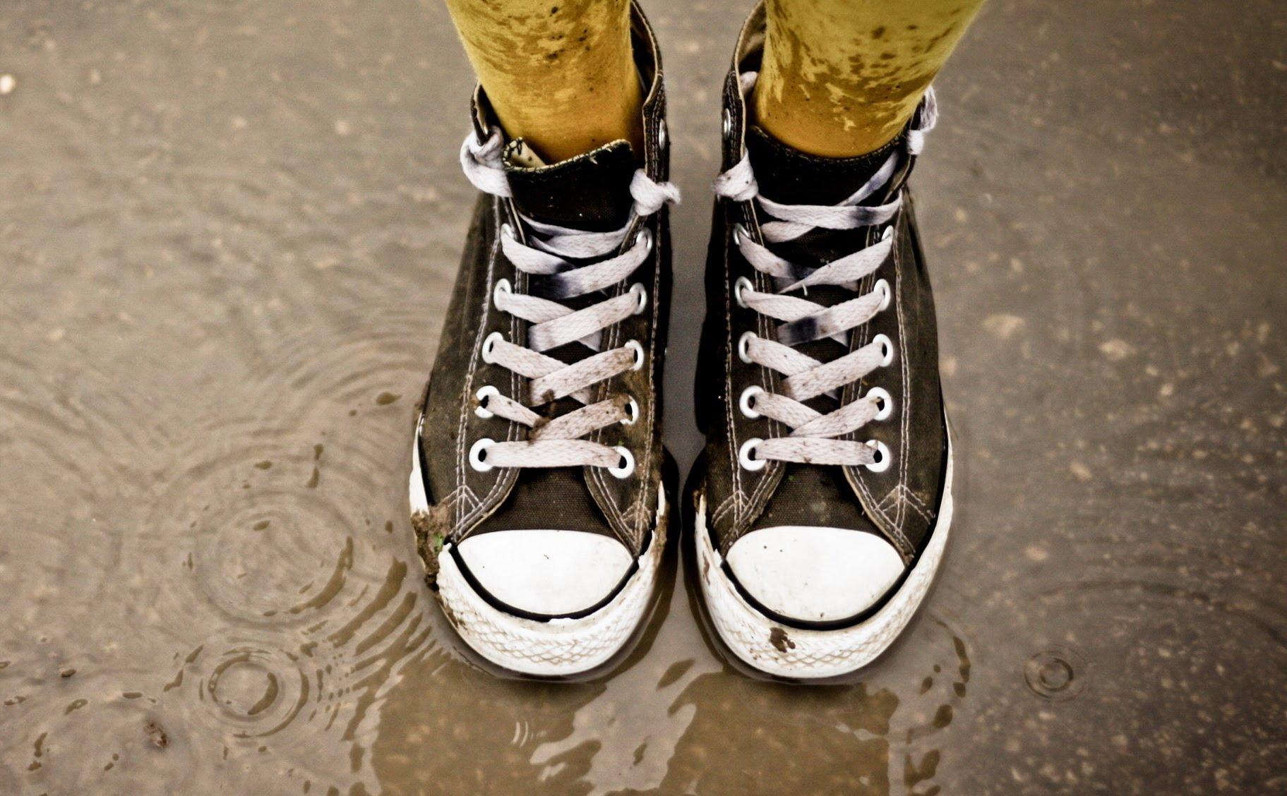 Как быстро высушить кроссовки, кеды и обувь изнутри после стирки в домашних условиях: просушить ботинки феном и можно ли оставлять на ночь сушилку